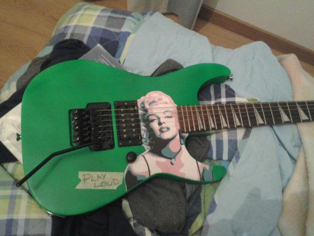Suona la chitarra con la figa lacameramiglioreit - Chiavata sul divano ...