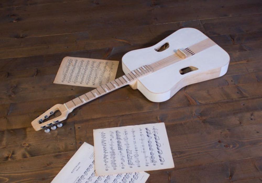 Novel Guitar: come suona la cartapesta?