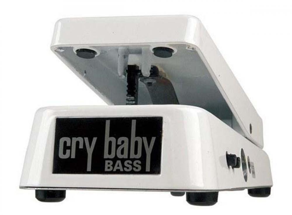 Cry Baby nel 2017 tra basso e Black Sabbath
