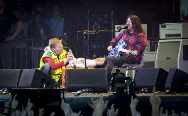 Dave Grohl torna a esibirsi su un trono di chitarre