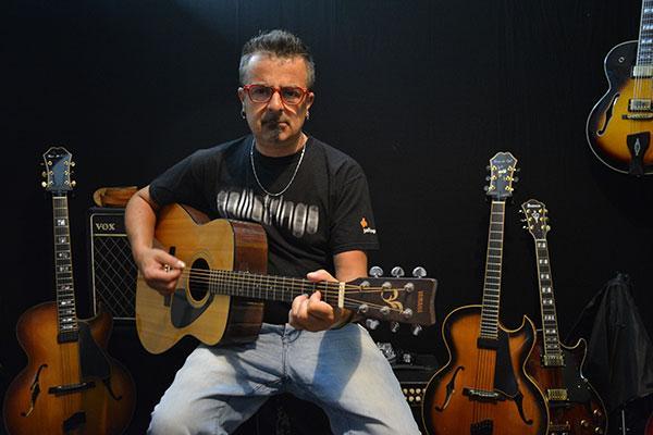 Accordo postura corretta per chitarra classica acustica archtop