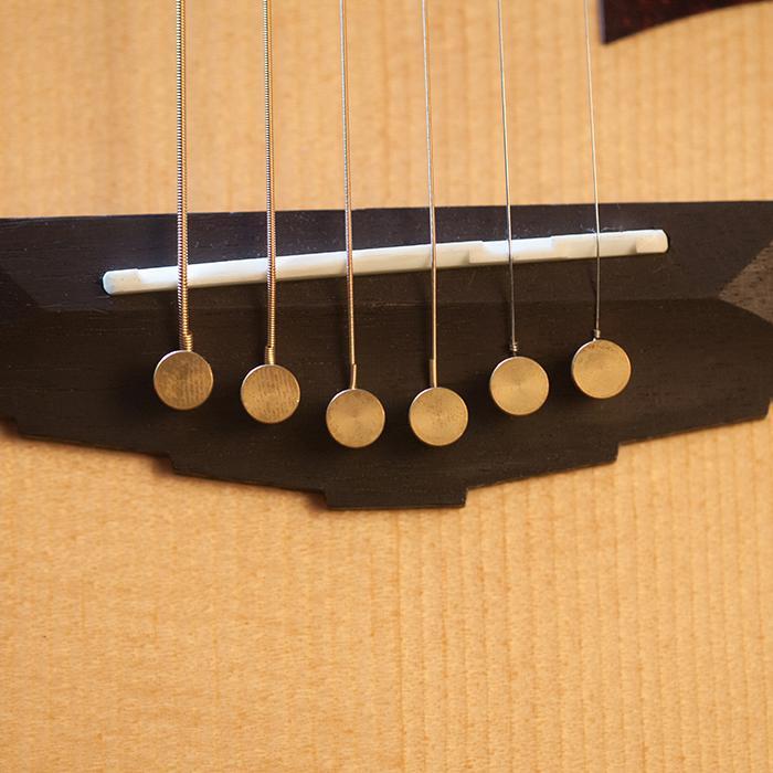 D'Angelico Mercer: l'acustica con le borchie