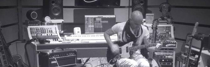 Dentro l'O.U.T. Side Studio: preamp, effetti e chitarre