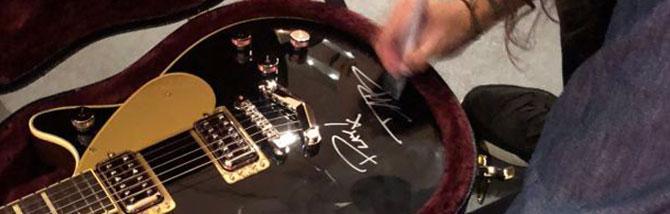 Gli strumenti di Play con Dave Grohl in vendita per beneficenza