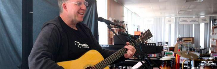 Il chitarrista che ha suonato 125 ore ininterrotte per beneficenza