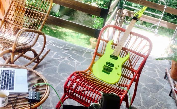 Suonare la chitarra in terrazza
